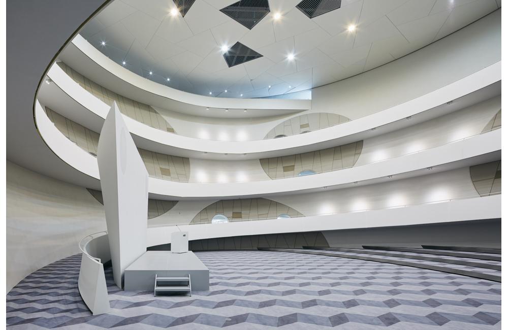 建物の核となるセンターコートはレクチャーや様々なイベントに対応する