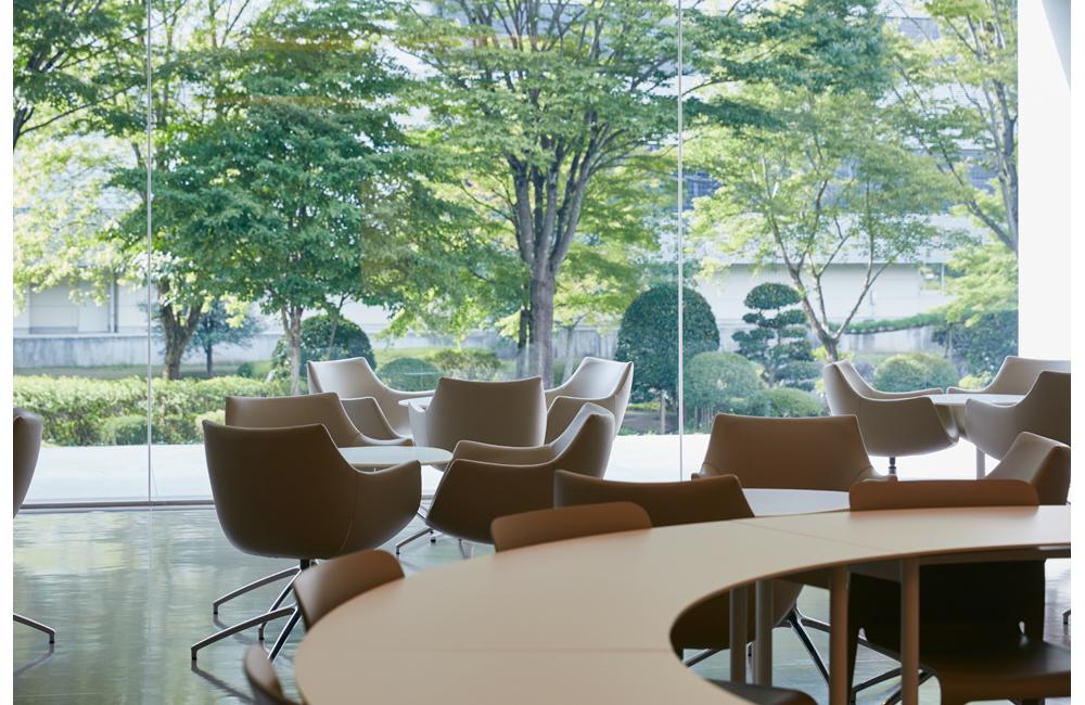 社員ラウンジからは既存の日本庭園を眺めることが出来る