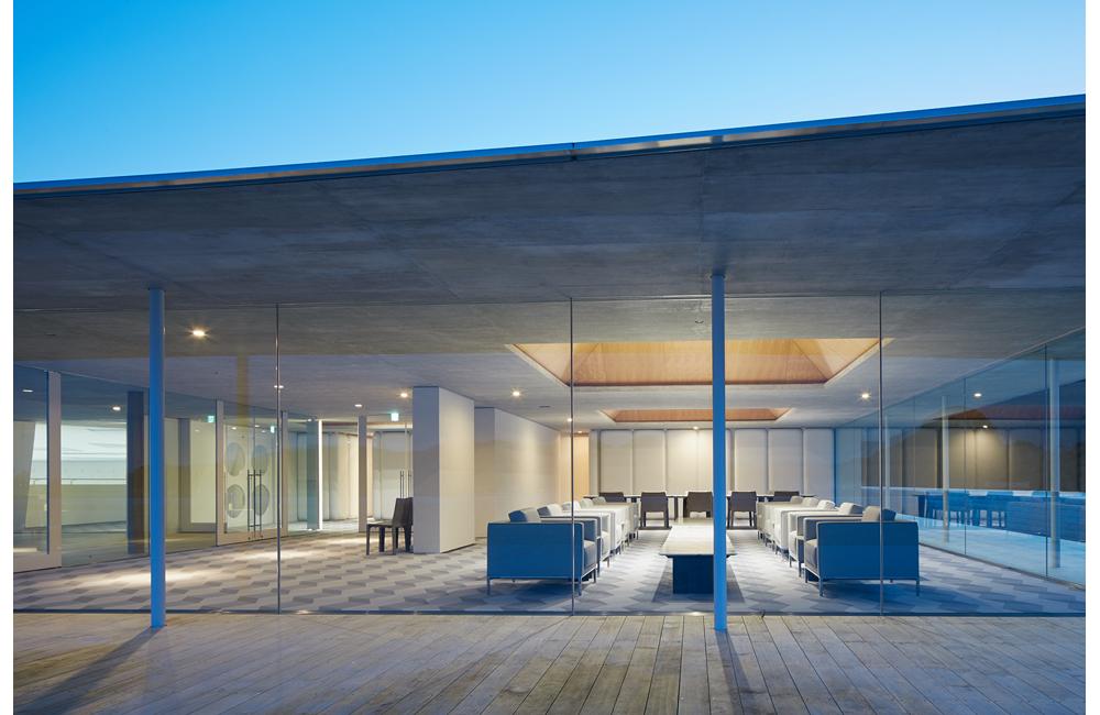 サニーラウンジは屋上テラスと内部空間が視覚的にシームレスにつながるよう、サッシの存在感を無くす納まりとしている。