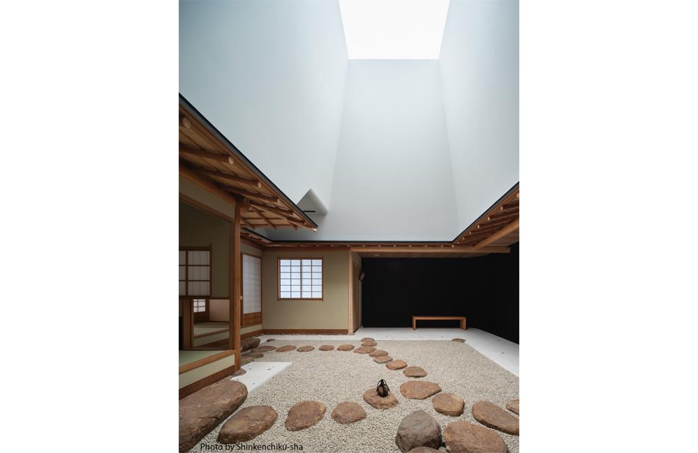 茶室露地空間にはトップライト下のテント膜越しに、柔らかな光が差し込む。
