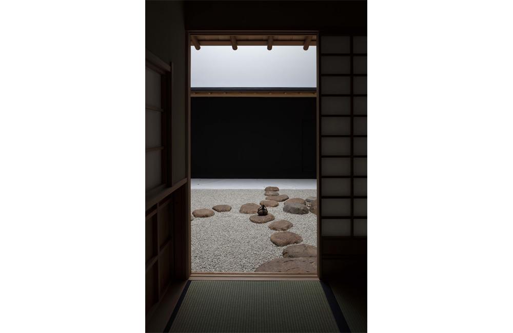茶室より露地を見る。吉村順三先生が設計し、以前は旧本社にあった茶室「看雲庵」を新本社ビルの9階に移築。