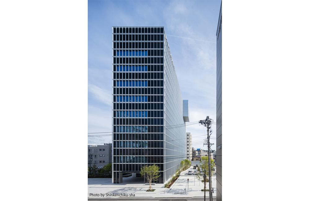 北側外観。外構は濃紺のアルミ複合板とブルーグレー色のLow-Eペアガラスからなる。