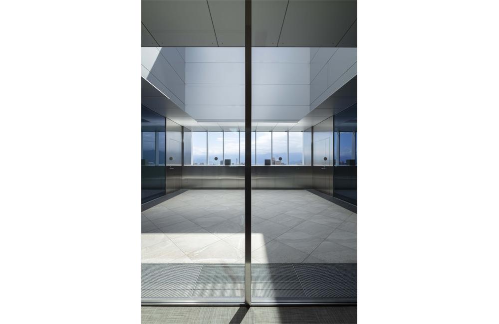 9階食堂へ至る通路から光庭を見る。